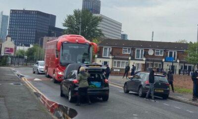 Ντου οπαδών της Γιουνάιντεντ στο λεωφορείο της Λίβερπουλ! Έσκασαν τα λάστιχα! (pic)